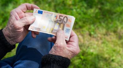 Έκτακτο βοήθημα σε συνταξιούχους: Ποιοι θα λάβουν σήμερα το «μπόνους» ποσό και ποιοι την Παρασκευή